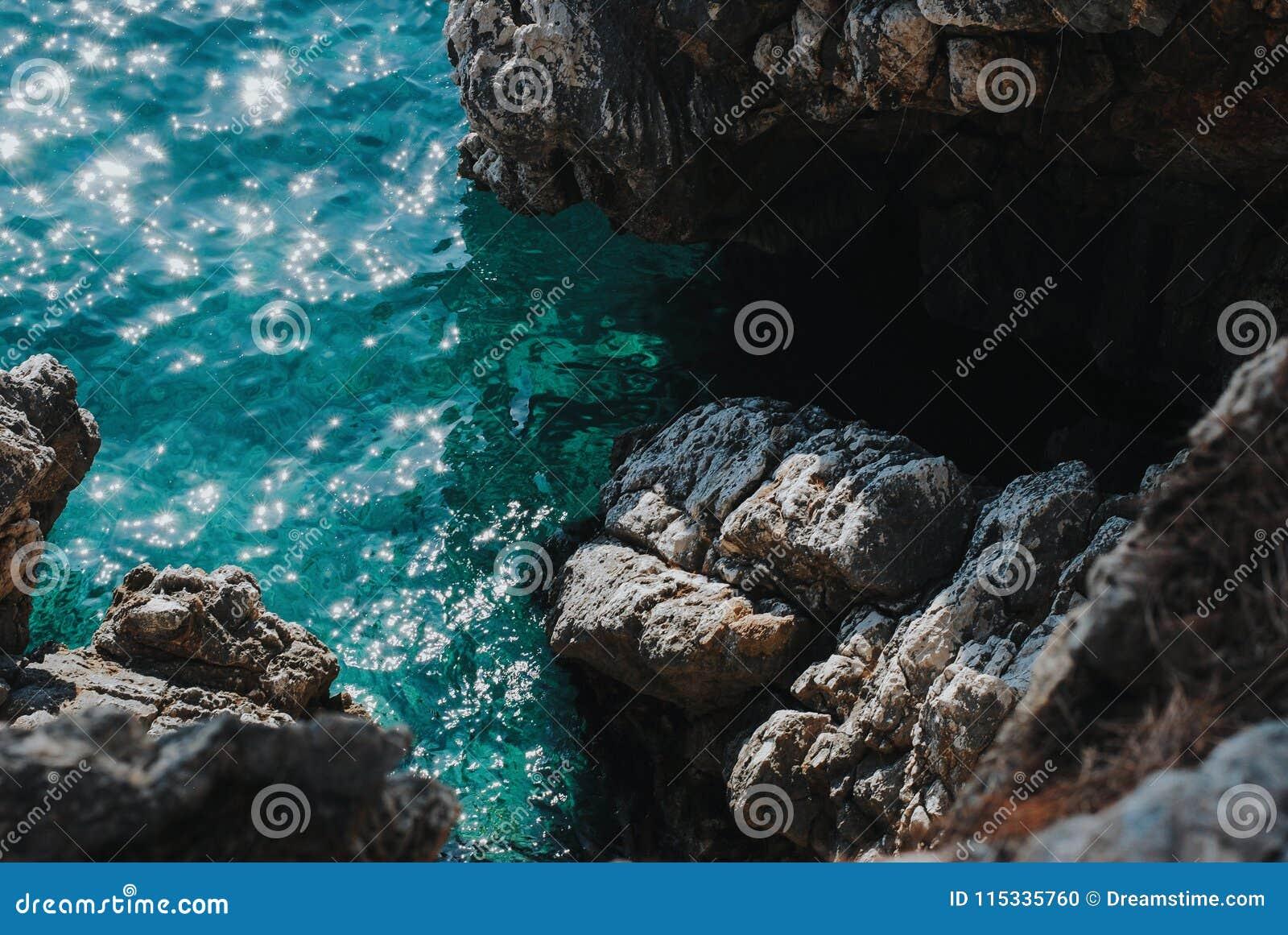 Havssikt från en brant klippa, Sveti Stefan