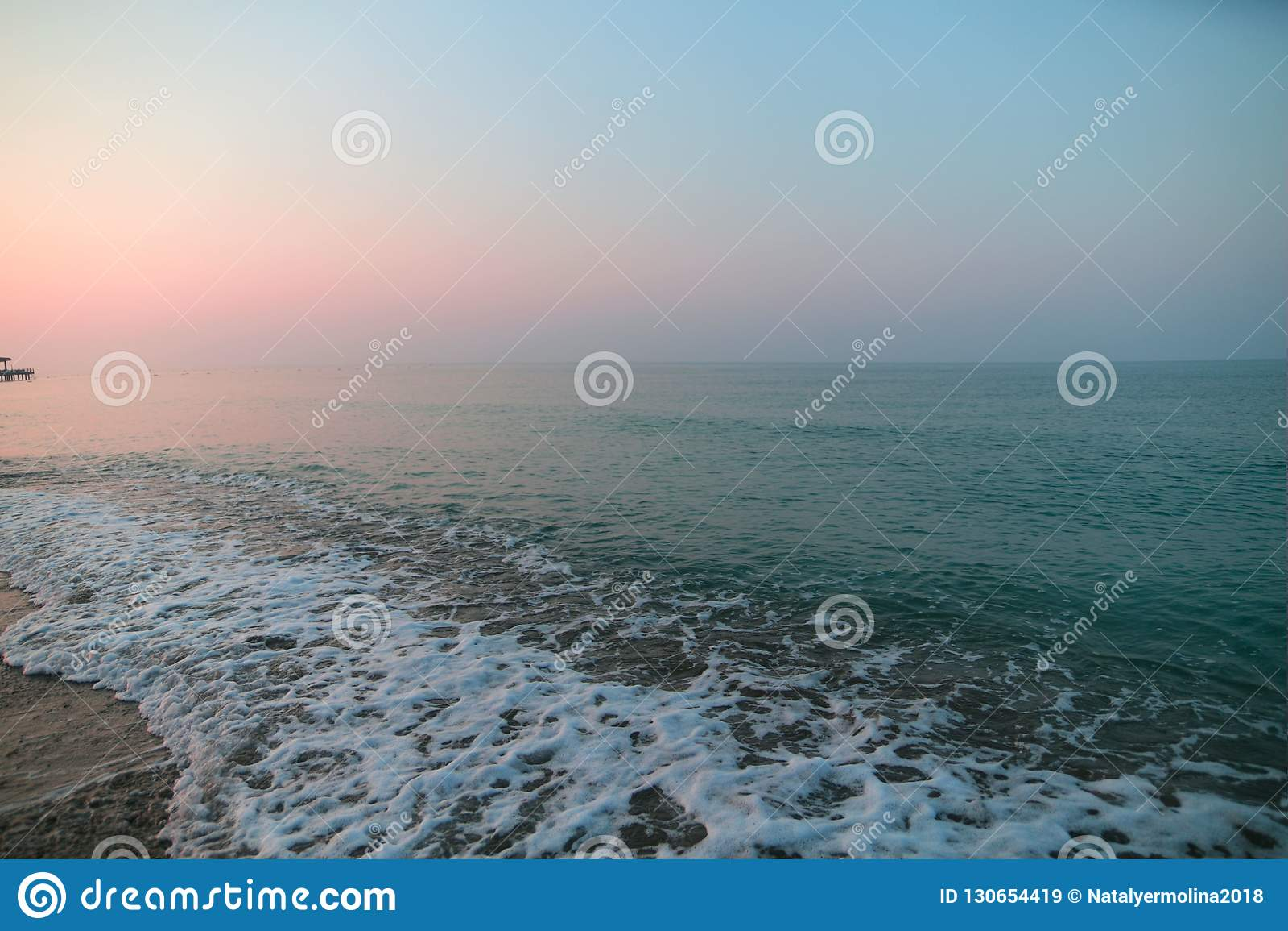 Havsskum på stranden sätta på land soluppgången
