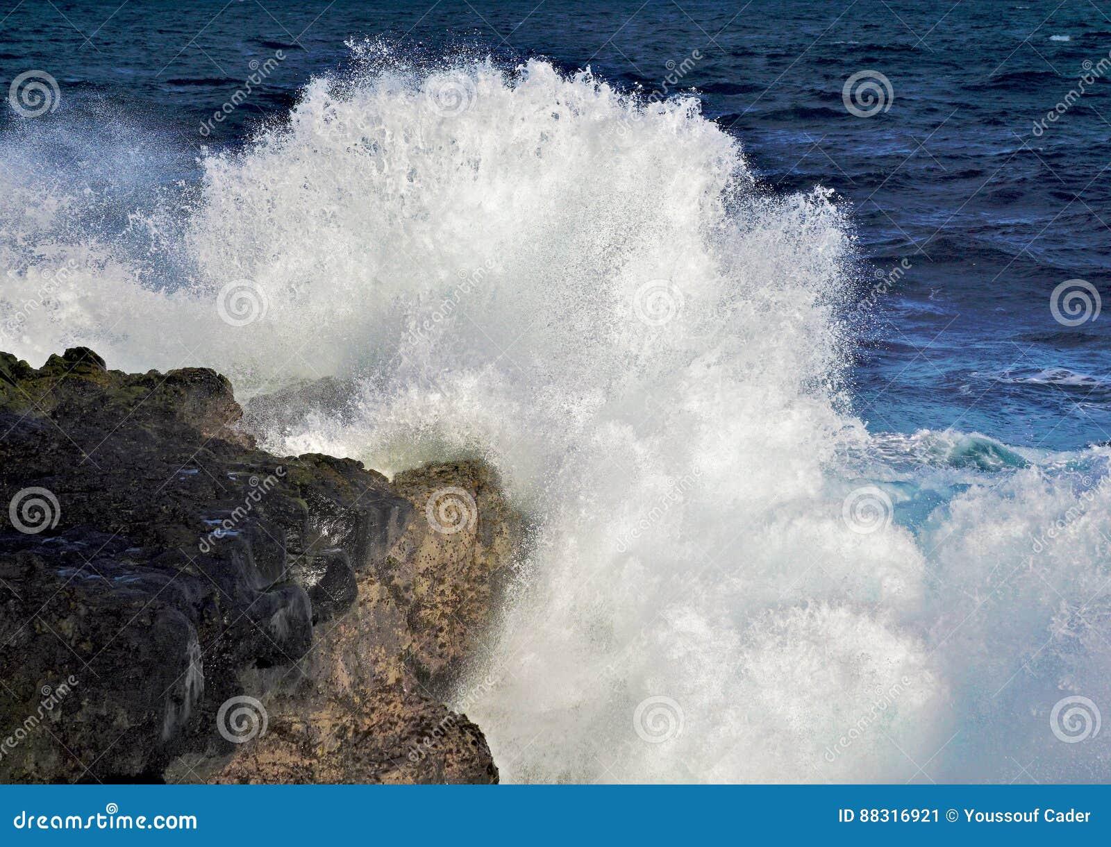 Havsvågexplosionen vaggar på i havet