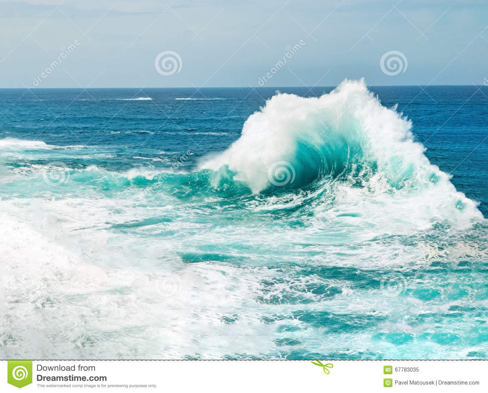 Havvåg som bryter havsvattnet