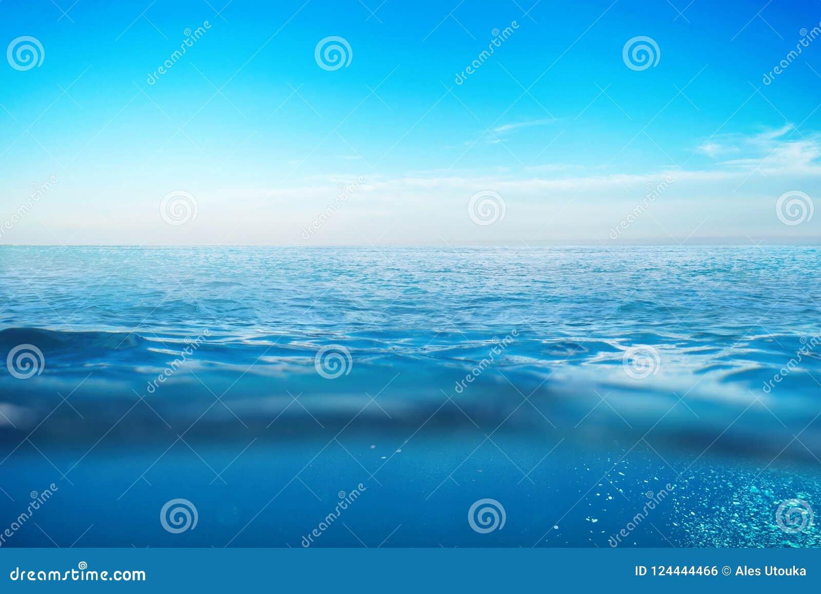 Havvatten med vågor Undervattens- begrepp