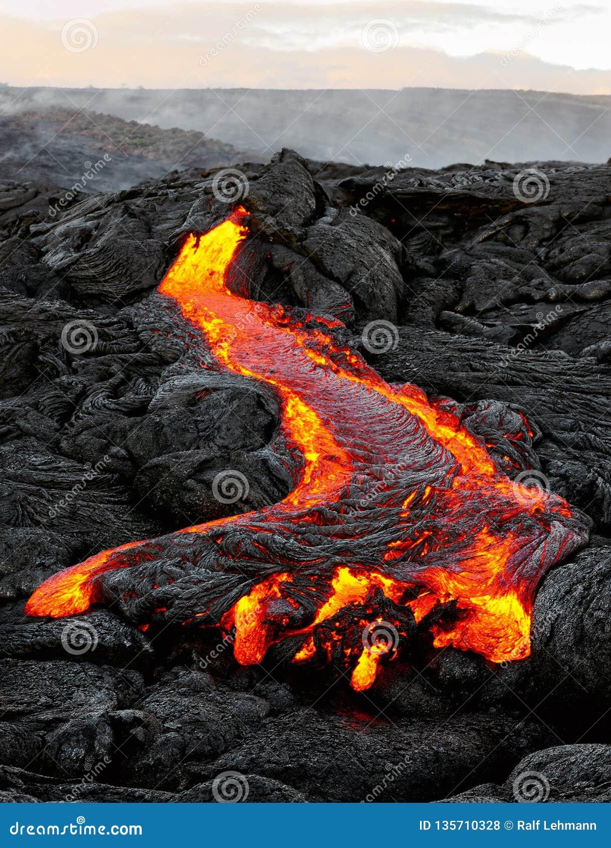 Hawaï - la lave émerge d une colonne de la terre