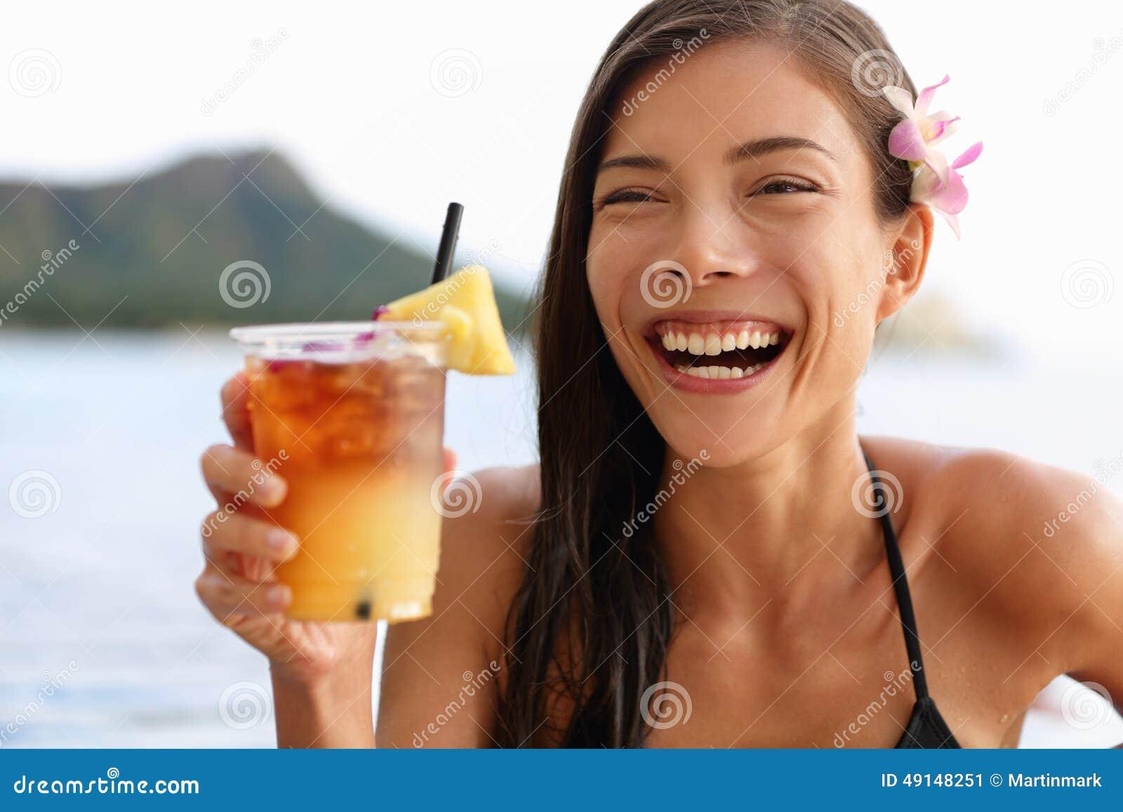 Hawaii Frau Die Hawaiisches Getränk Mai Tais Trinkt Stockbild