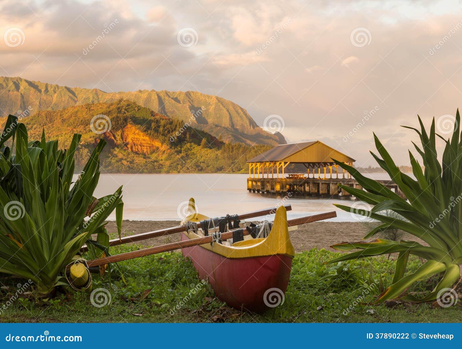 Hawaiiaanse kano door Hanalei Pier