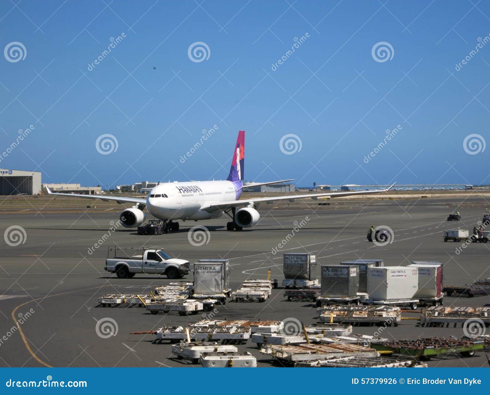 Hawaiian Airlines-vliegtuigentaxis uit aan baan aangezien het F voorbereidt