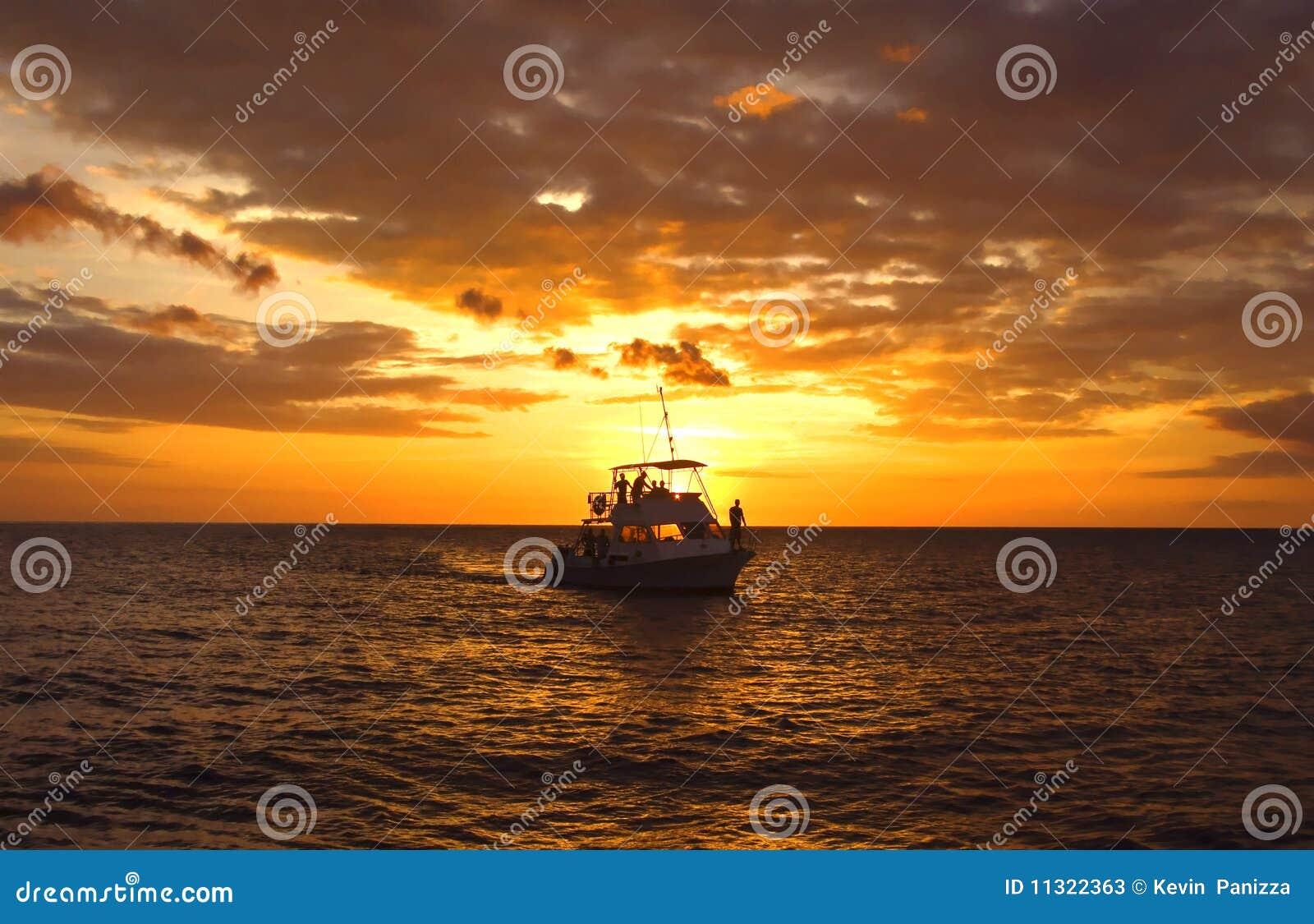 Hawaiisches Sturzflug-Boot am Sonnenuntergang