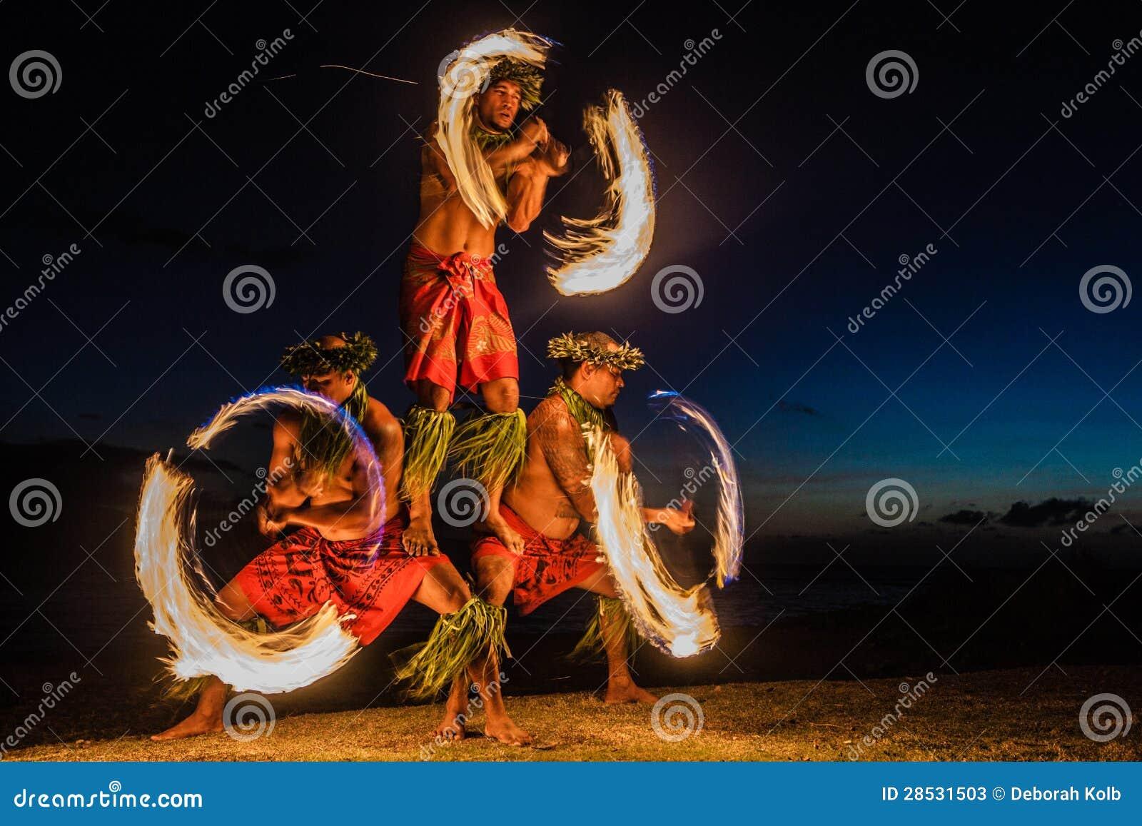 Hawajczyków pożarniczy tancerze w oceanie