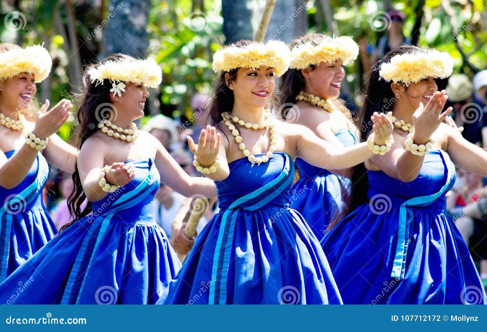 Hawajscy tancerze na kajakują pławik przy Polinezyjskim Kulturalnym centrum