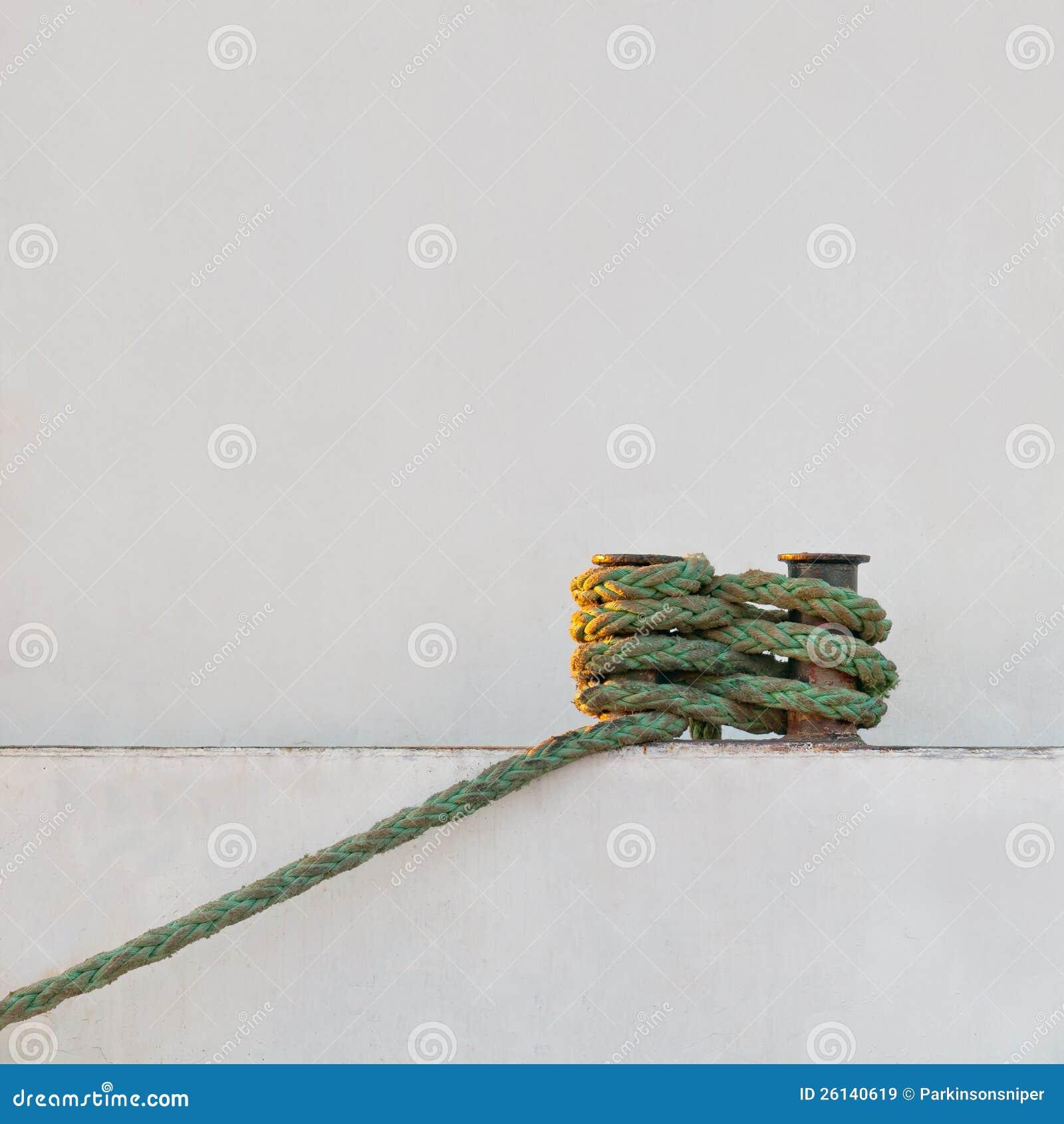 Hawser anexado ao poste de amarração
