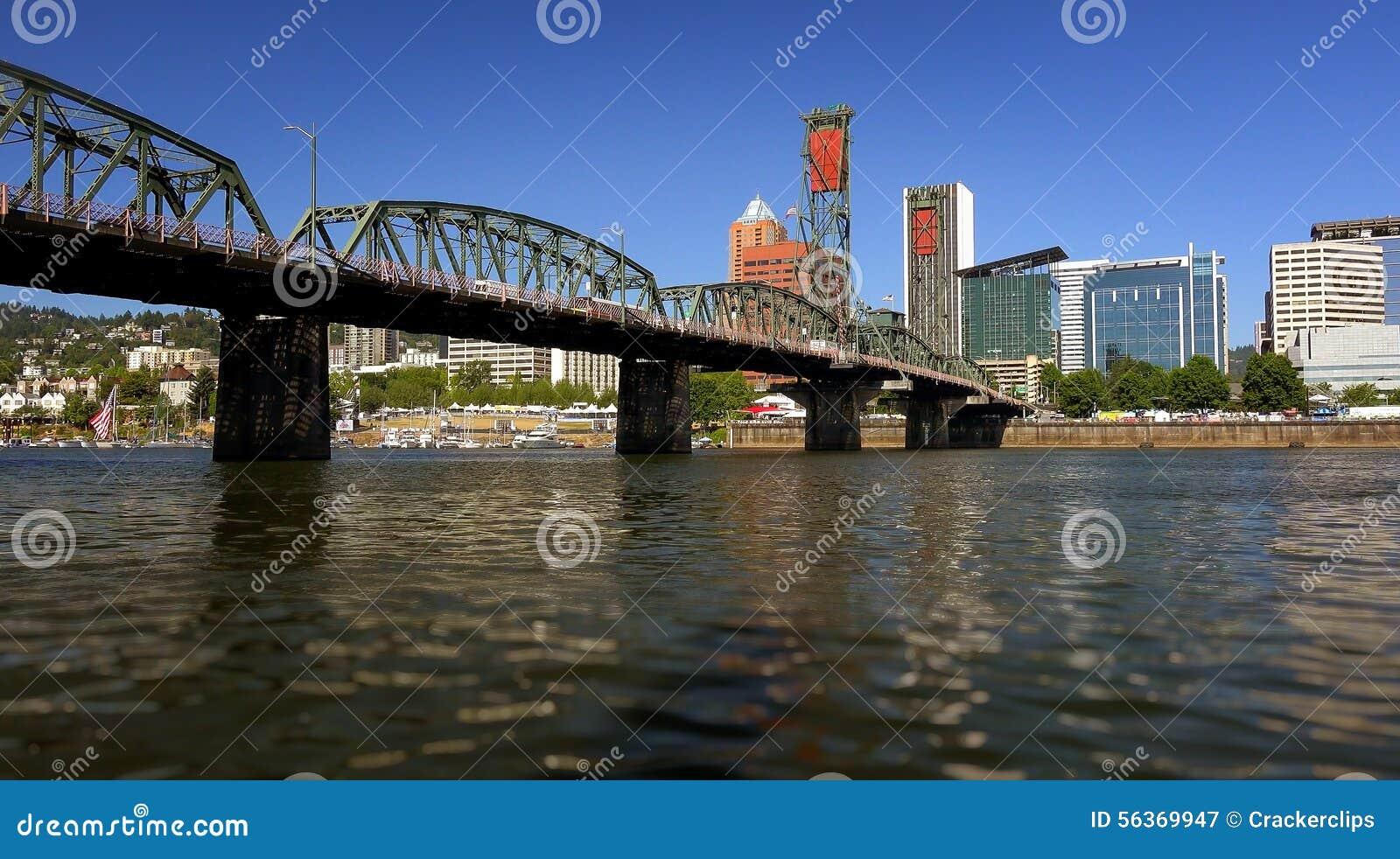 Hawthorne Bridge Over Willamette River à Portland, Orégon