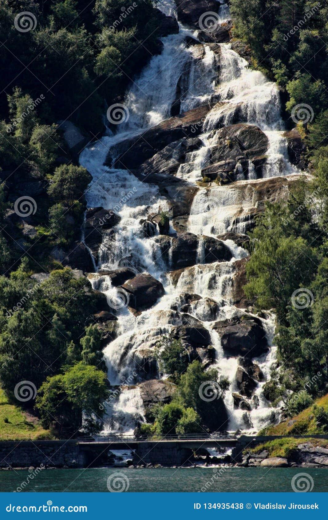 Hay centenares de cascadas hermosas en Escandinavia