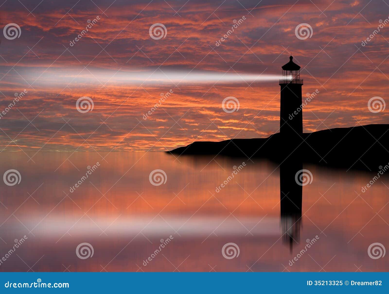 Haz del reflector del faro a través del aire marino en la noche.