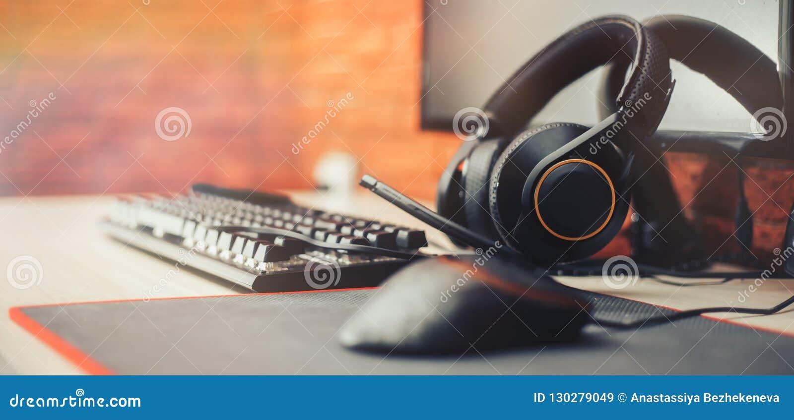 Hazard areny tło z myszy przekładni hełmofonów komputerem, focuse na hełmofon wybierającym focuse sztandarze długo