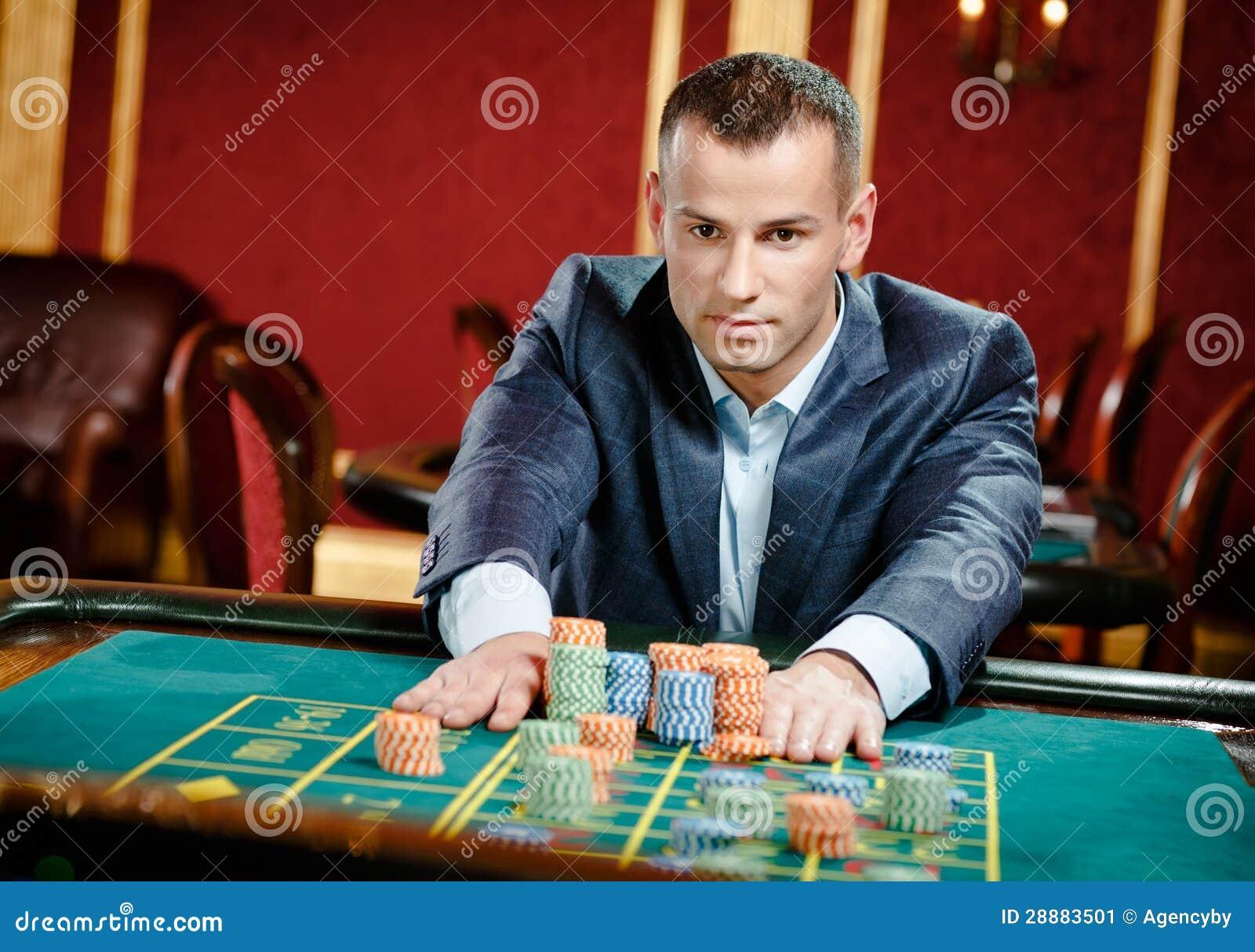 Hazardzista umieszcza zakład przy ruletowym stołem