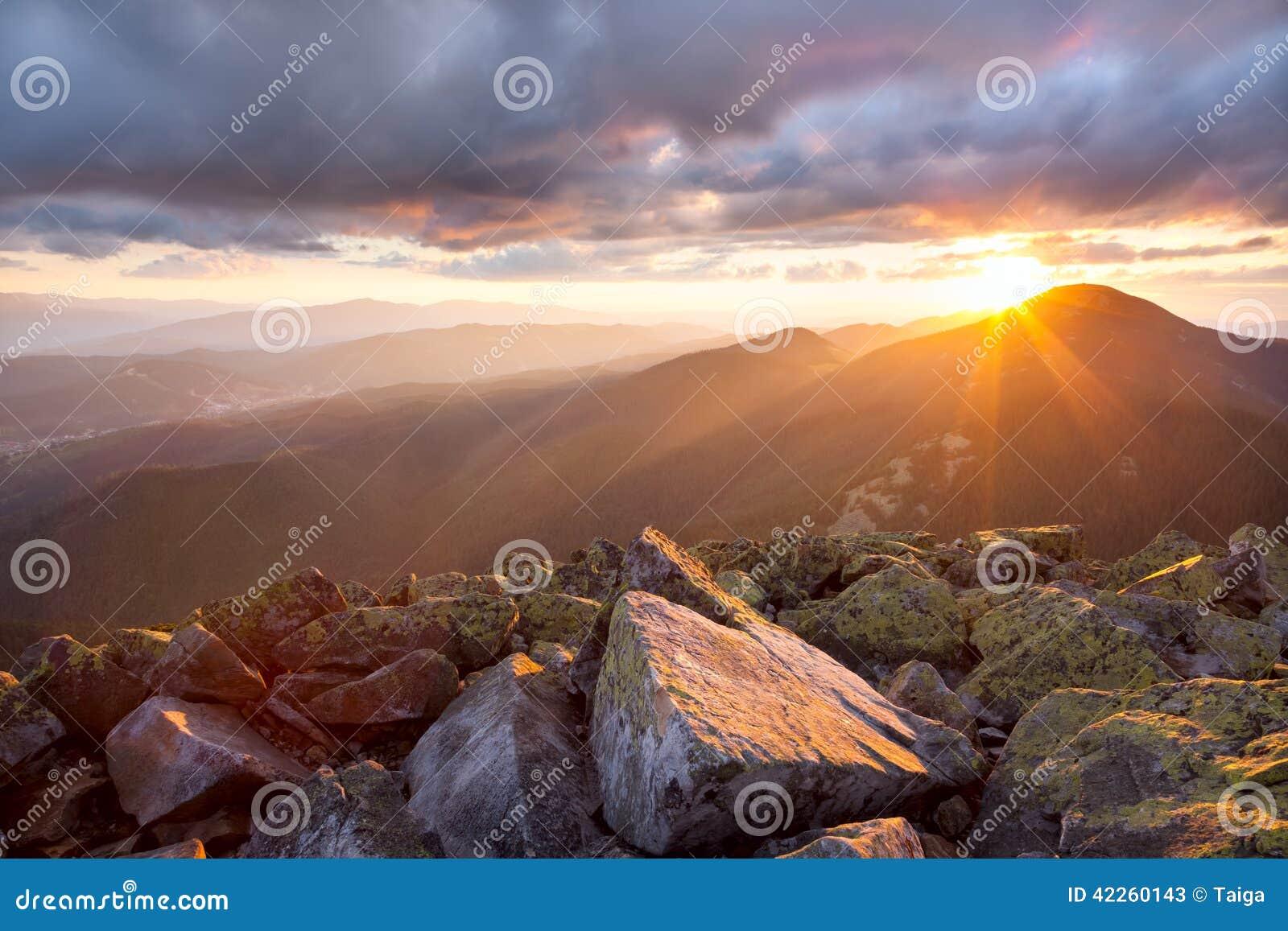 Hdr图象横向庄严山日落 剧烈的天空和col