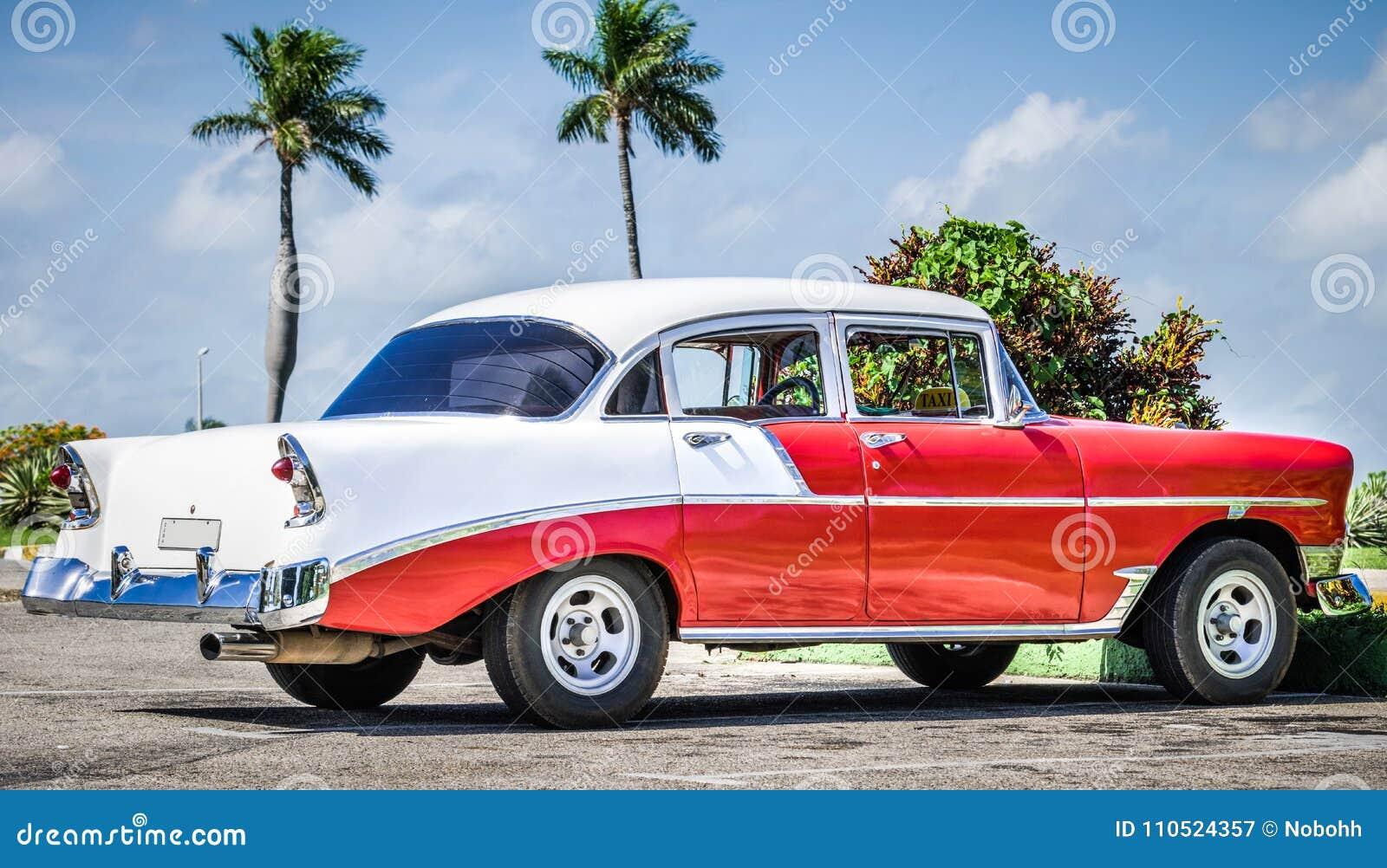 HDR - Amerykański czerwony biały klasyczny samochód parkujący w Varadero Kuba, Seria Kuba reportażu -