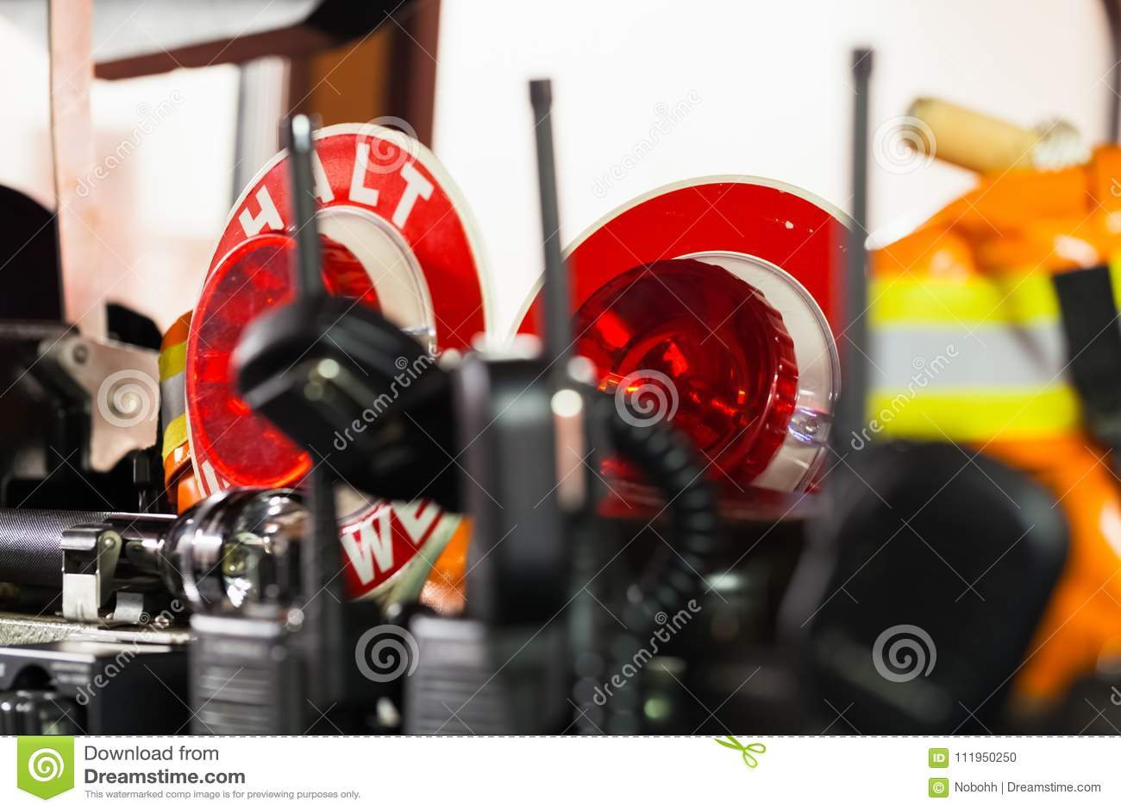 HDR - Attrezzatura del pompiere in un camion dei vigili del fuoco con il walkie-talkie