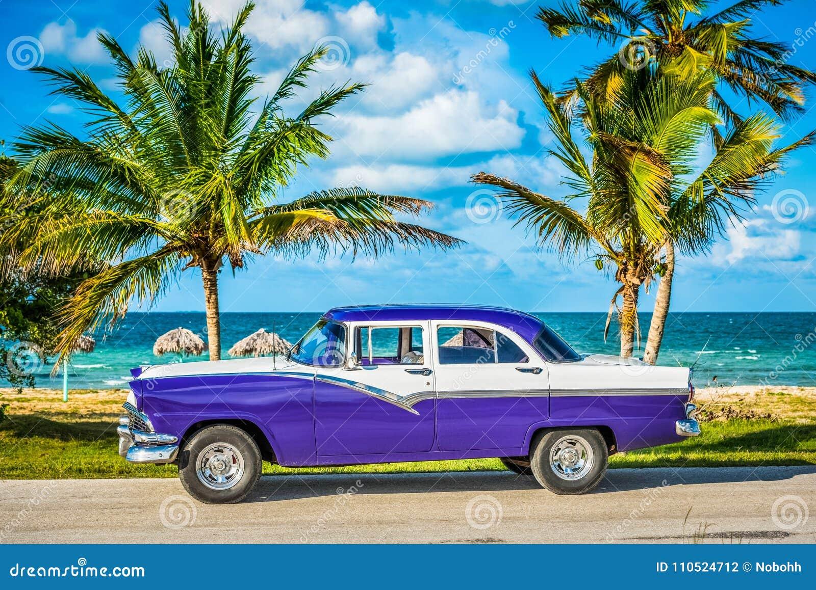 HDR - Carro azul branco americano estacionado do vintage na opinião do dianteiro-lado na praia em Havana Cuba - a reportagem de S