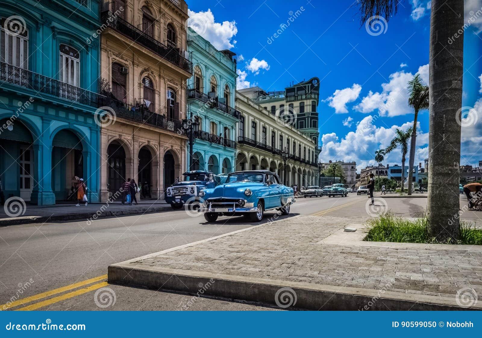 HDR - Escena de la vida en las calles en Havana Cuba con los coches americanos azules del vintage - reportaje de Serie Cuba