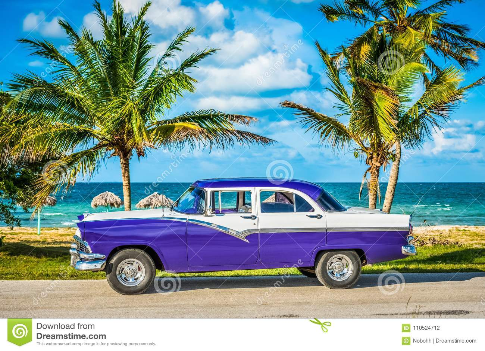 HDR - Geparkeerde Amerikaanse witte blauwe uitstekende auto in de voor-kantmening over het strand in de Rapportage van Havana Cub