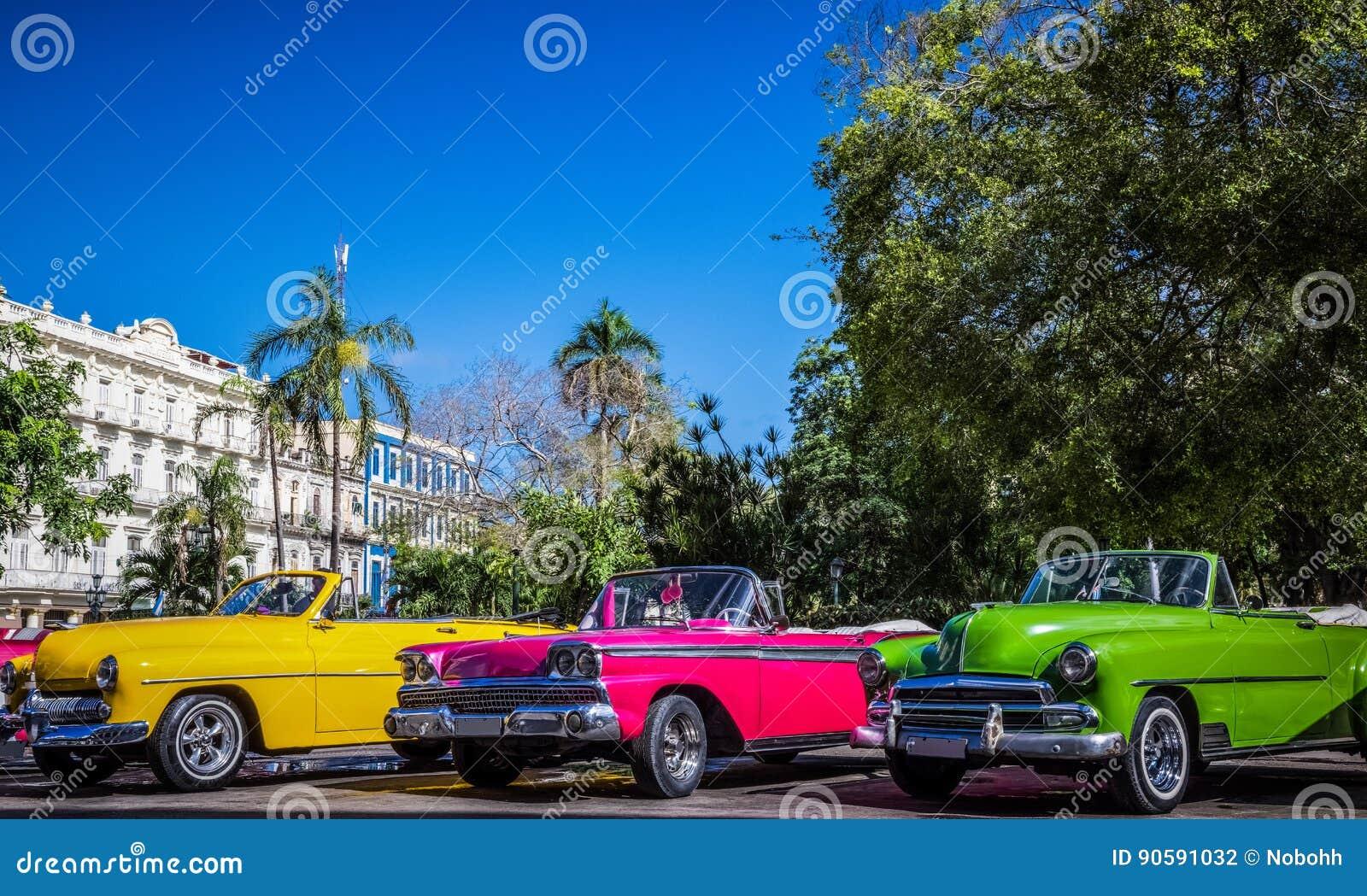HDR - Härliga amerikanska konvertibla tappningbilar som parkeras i serie i Havana Cuba för granteatroen - Serie Kubareportage