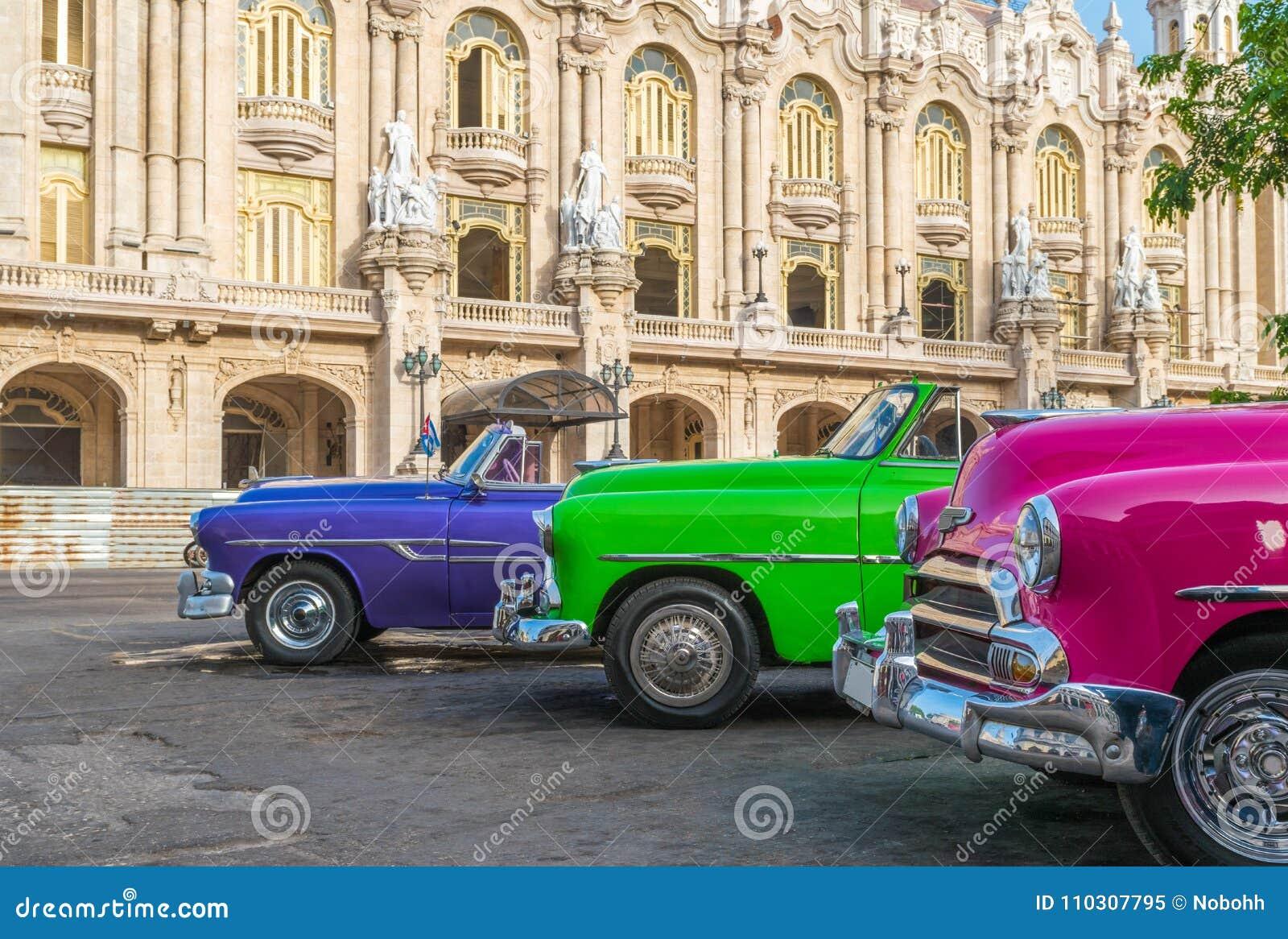 HDR - Konvertibla tappningbilar för amerikan som colorfully parkeras på sidoremsan för aGranteatro i Havana Cuba - Serie Kubarapp