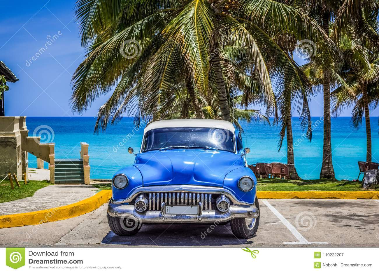 HDR - O carro clássico azul americano estacionou sob as palmas na praia em Varadero Cuba - reportagem de Serie Cuba