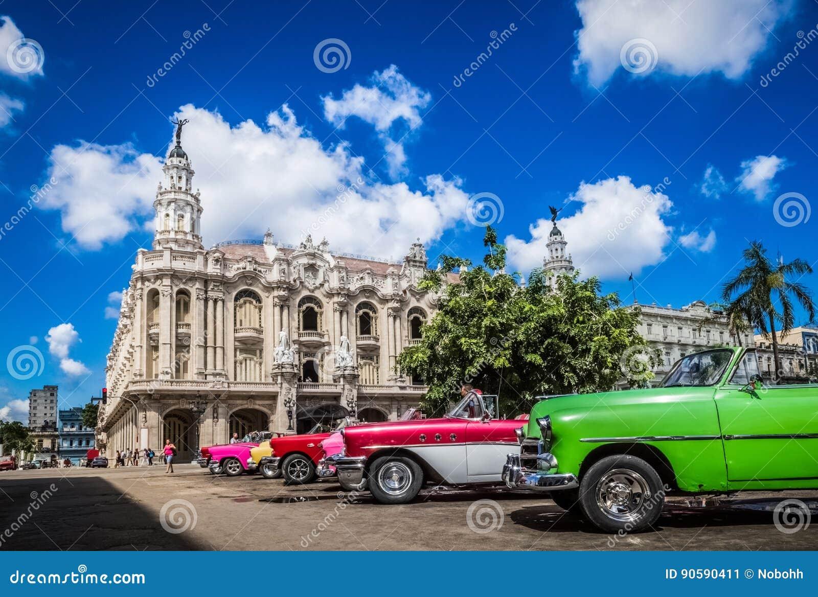 HDR - Os carros convertíveis americanos bonitos do vintage estacionaram em Havana Cuba antes do teatro do gran - reportagem de Se