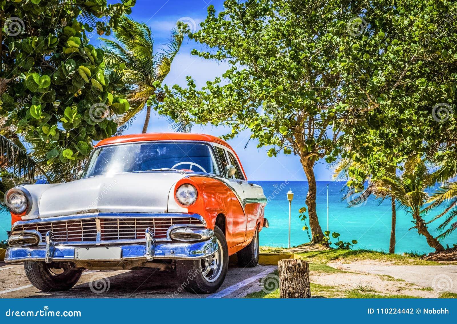 HDR - Parkerad amerikansk vit orange sikt för Ford Fairlane tappningbil framtill på stranden i den Varadero Kuban - Serie Kuba Re