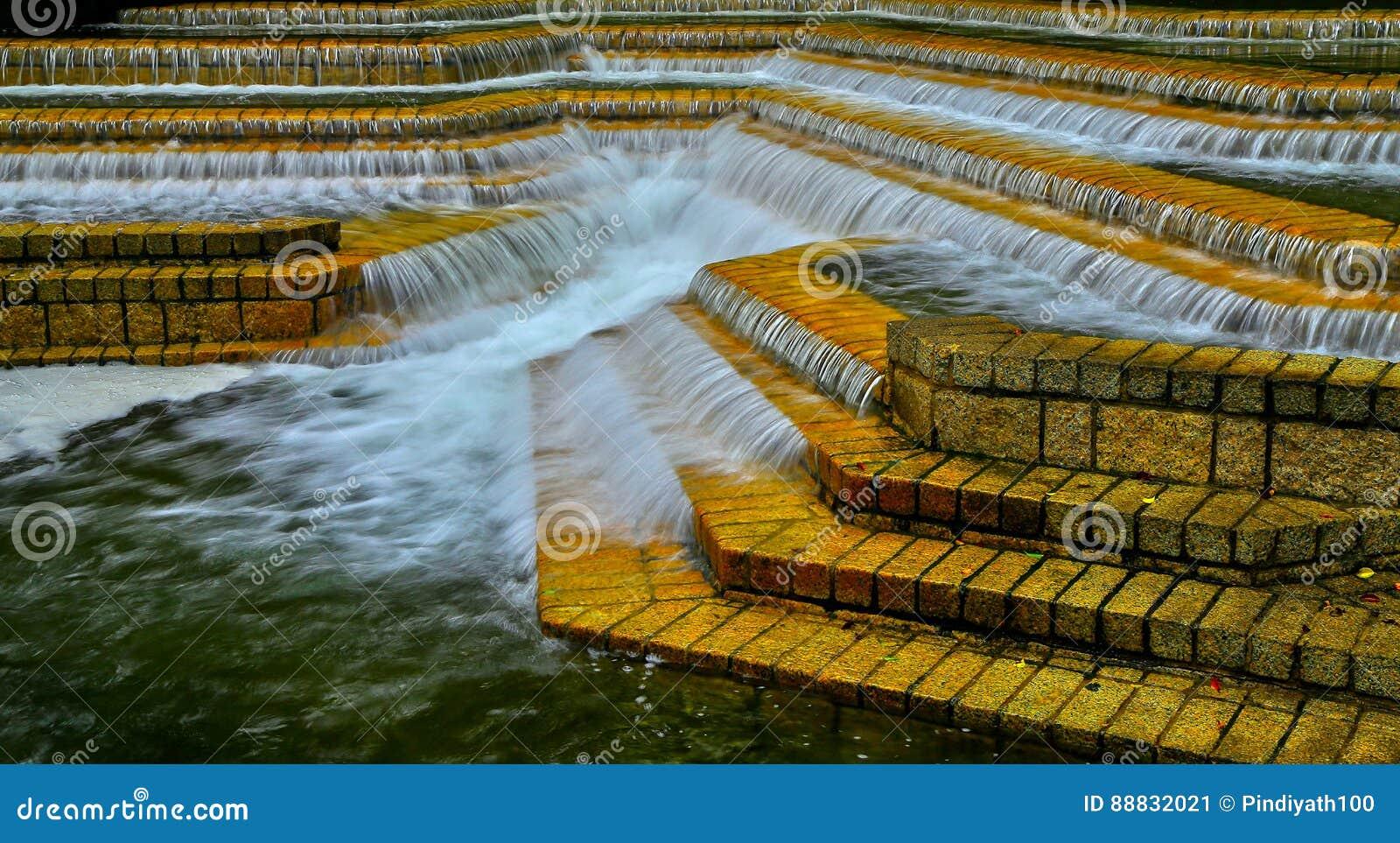 Hdrbeeld van watervallen op raws van steenstappen
