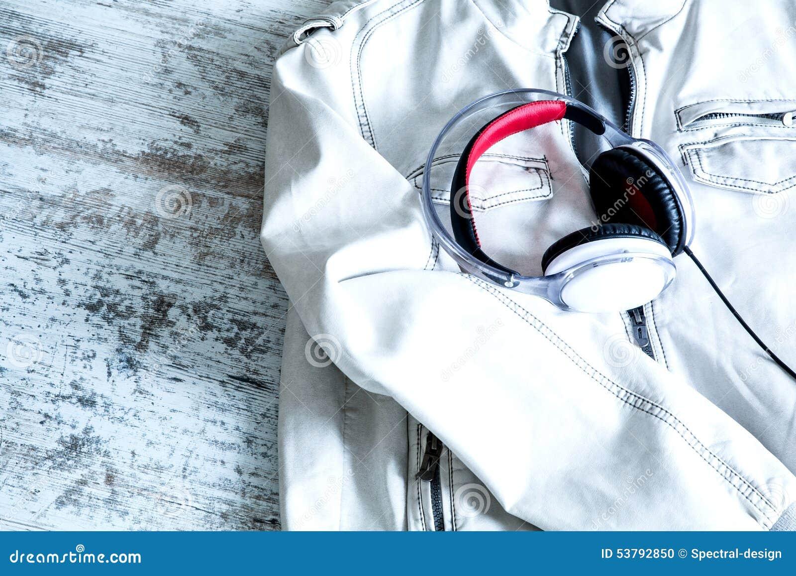 Hełmofony na białej kurtce