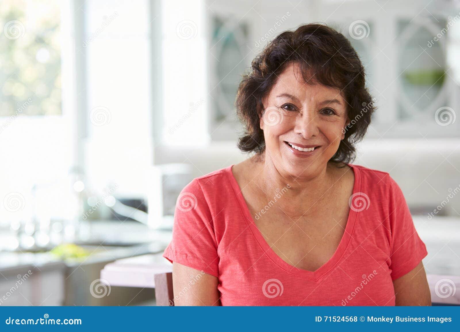 Head och skuldrastående av den höga latinamerikanska kvinnan hemma