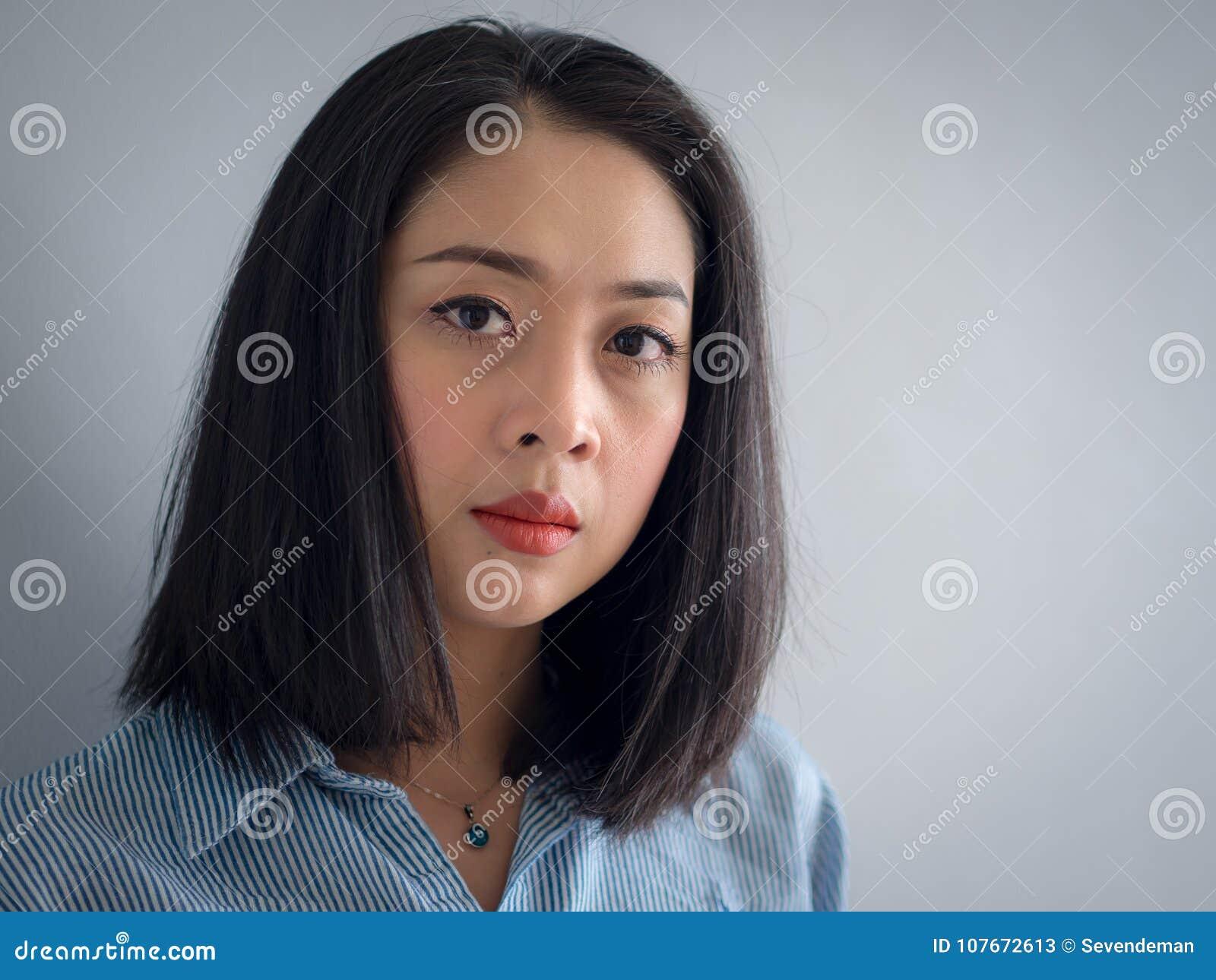 Head skottståenden av den asiatiska kvinnan med stora ögon