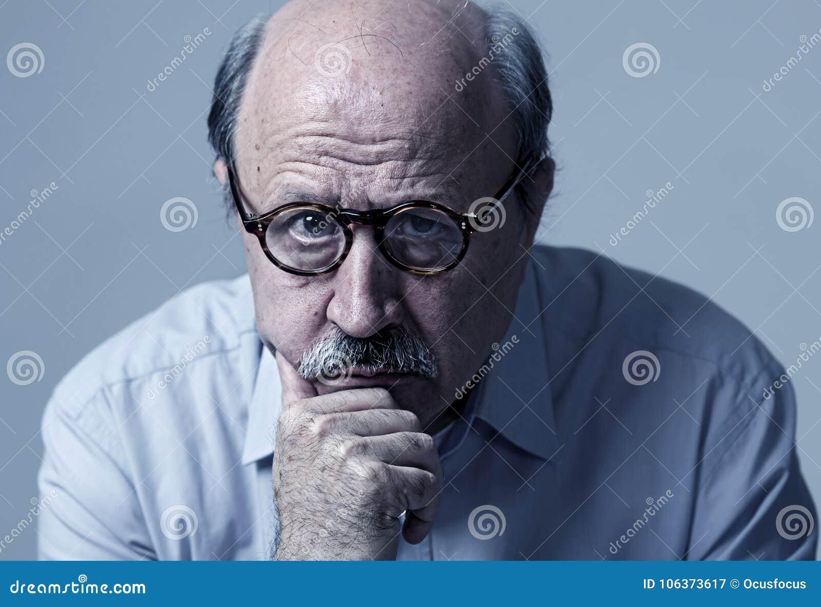 Head stående av den mogna gamala mannen för pensionär på hans 70-tal som ser ledsen och bekymrad lidandeAlzheimers sjukdom