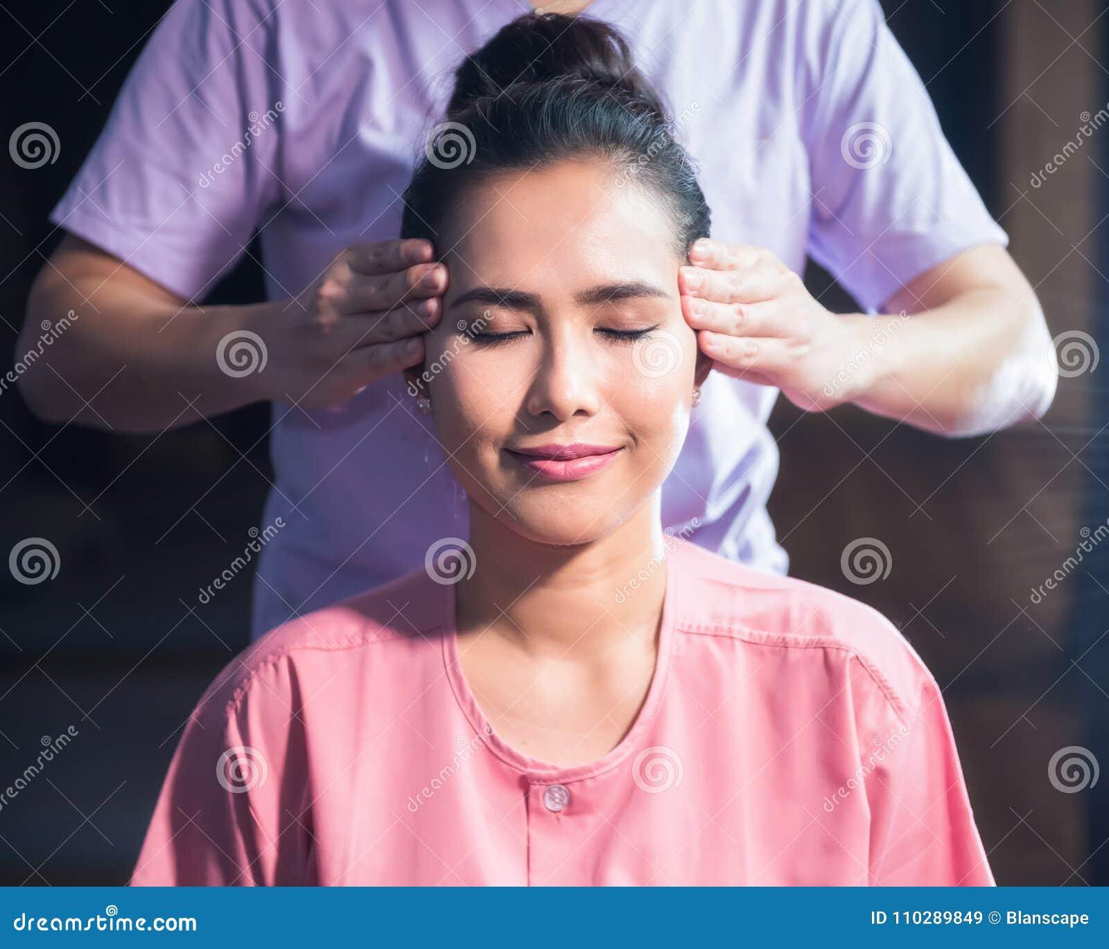 Head thailändsk massage till skönhetflickan