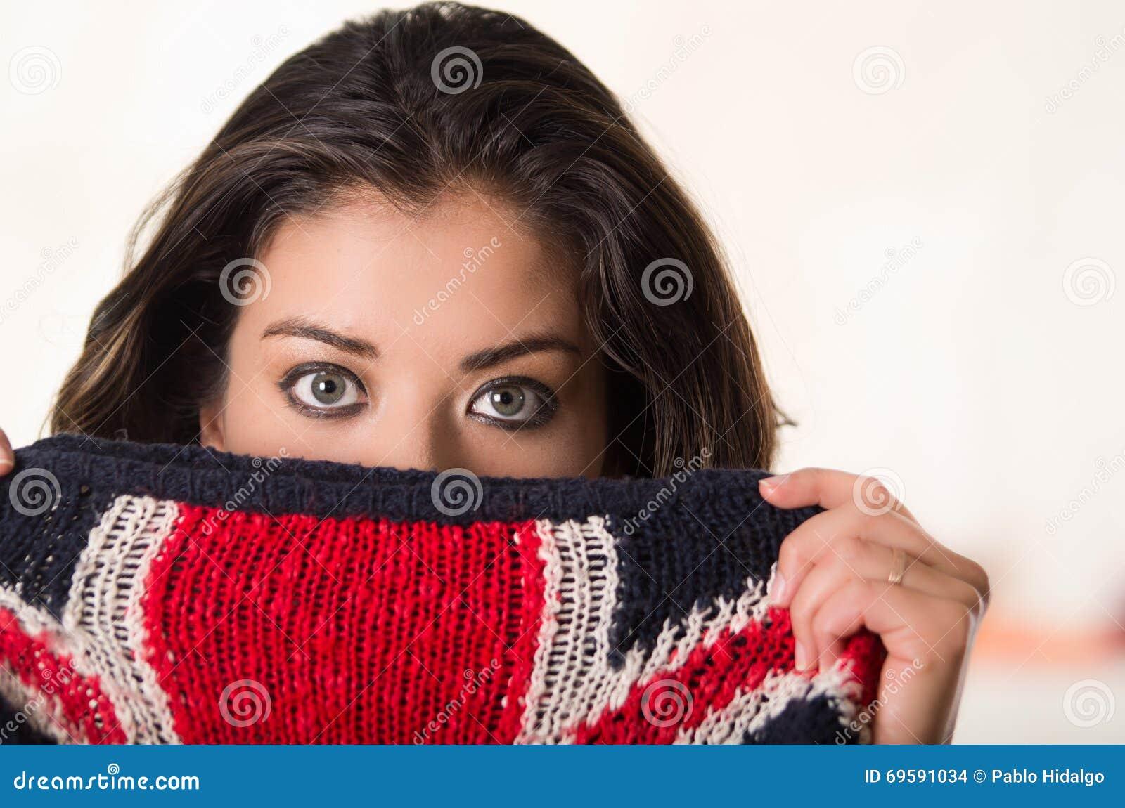 Headshot attraktiver Brunette, der ihre Gesicht der Kamerabedeckung Hälfte mit britischer Flagge gegenüberstellt, kopierte Kleidu