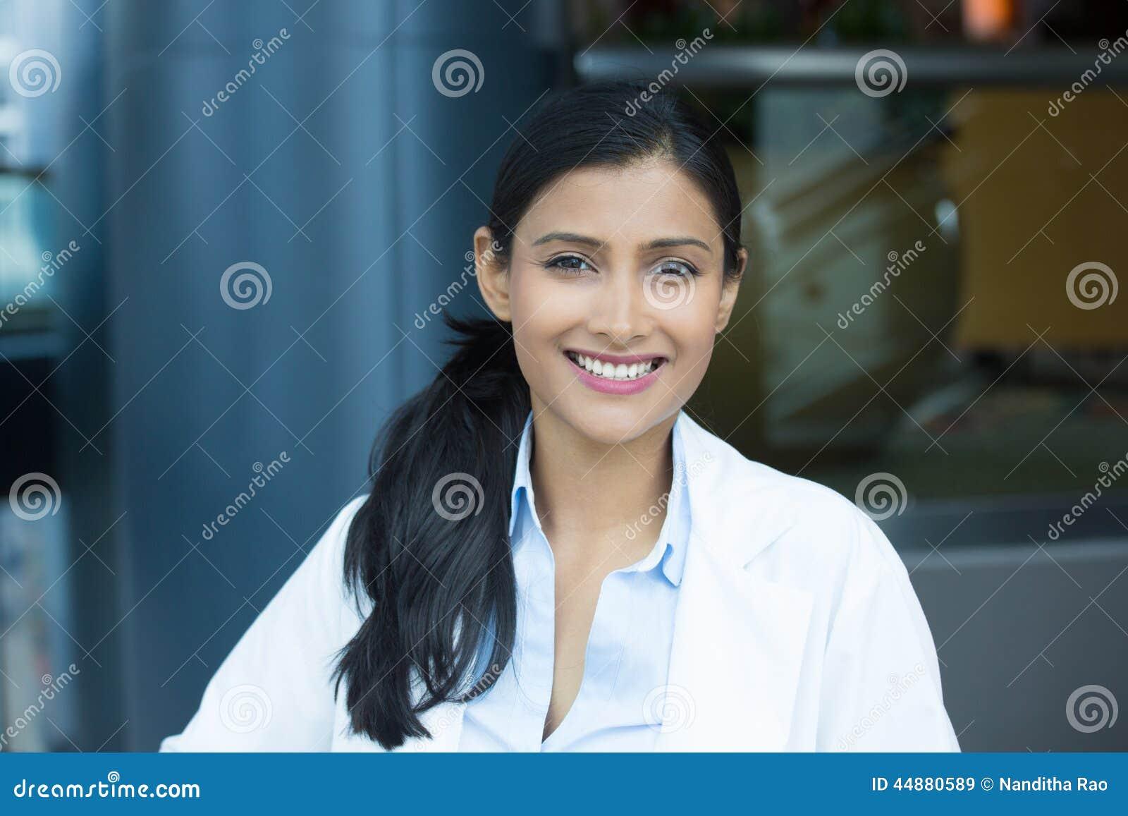 Headshot confiado del profesional de la atención sanitaria