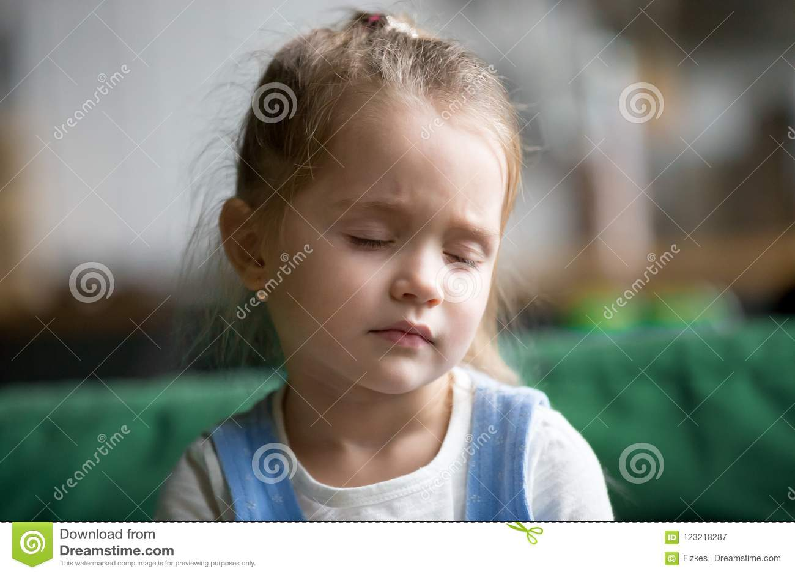 Headshot de la niña del trastorno que siente triste, cansado o soñoliento