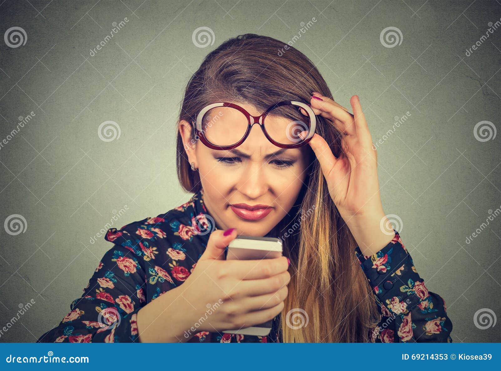 Headshot kobieta widzii telefon komórkowego z szkłami ma kłopot wzrok problemy