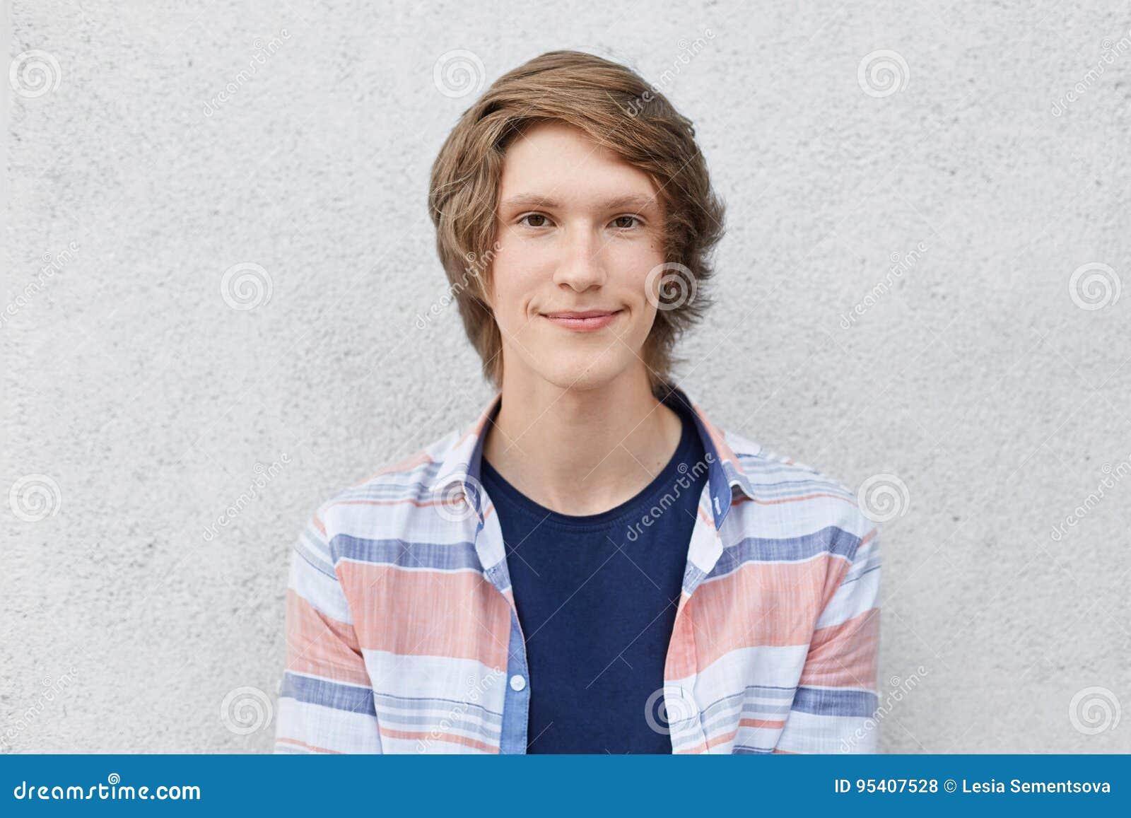 Headshot Nastoletni Chłopak Z Modną Fryzurą Wąskimi Brown Oczami