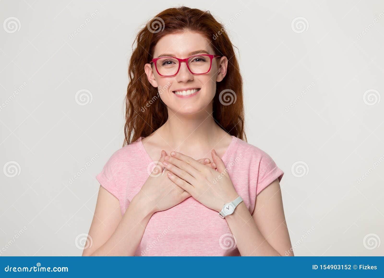 Headshot portreta kobiety chwytów uśmiechnięte ręki na klatce piersiowej czują wdzięczność
