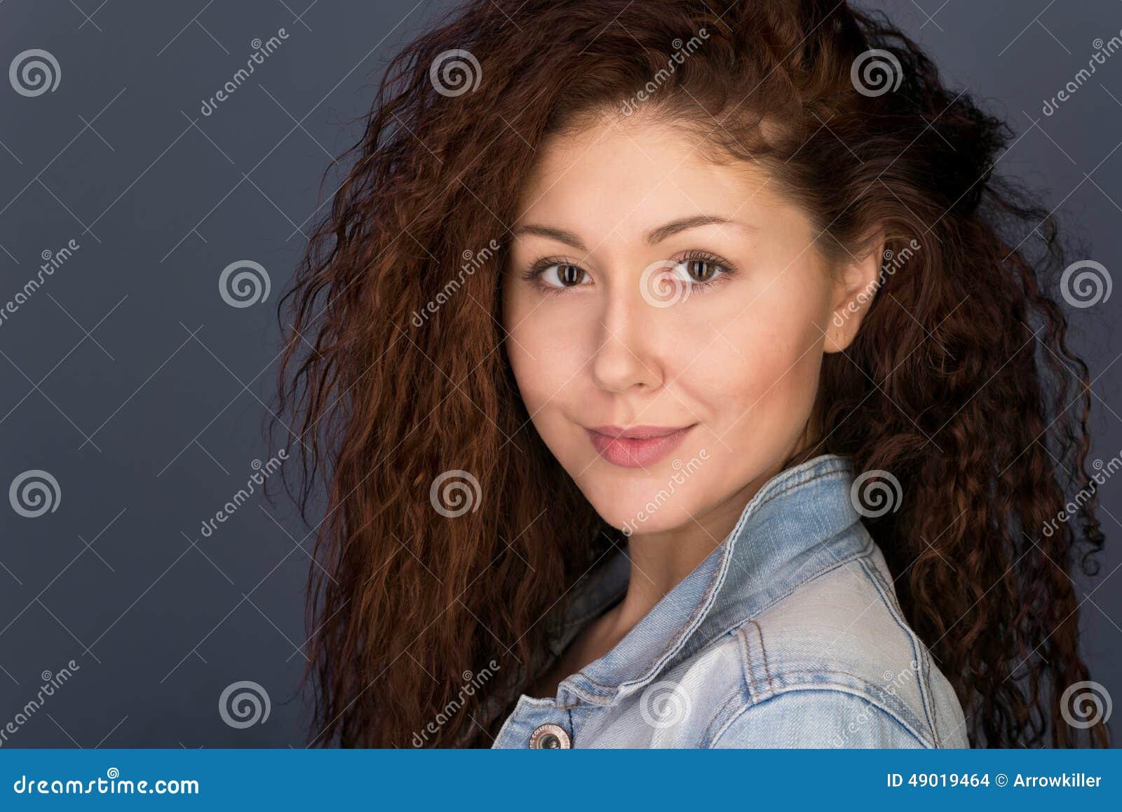 Headshot Życzliwa przyglądająca dziewczyna
