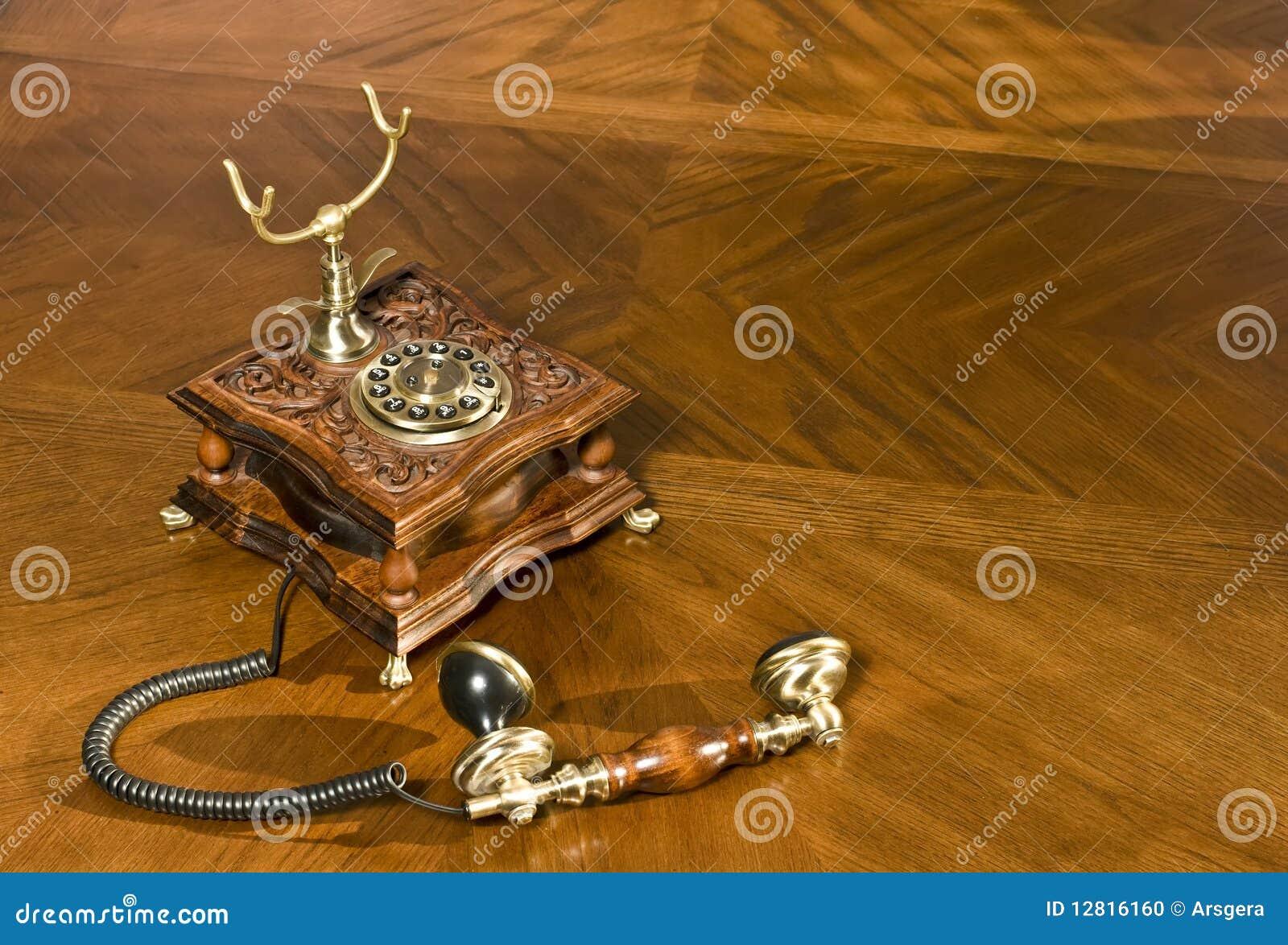 Heben Sie das Telefon auf. Altmodisches Telefon
