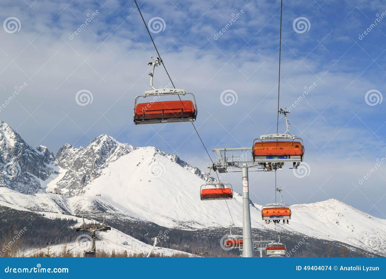 Download Heben Sie Zur Oberseite Des Berges An Stockfoto - Bild von wolken, chairlift: 49404074