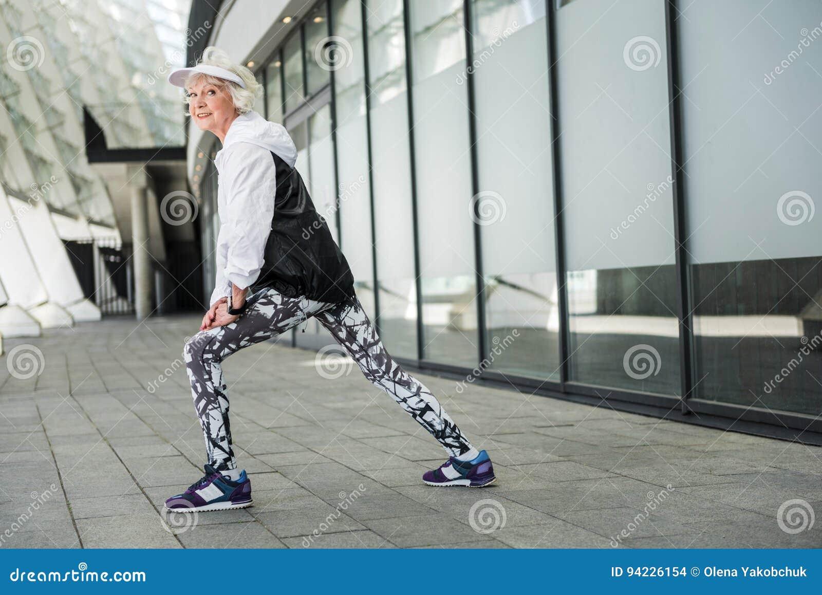 Heel bejaarde dame opleiding dichtbij nieuwe stadsbouw