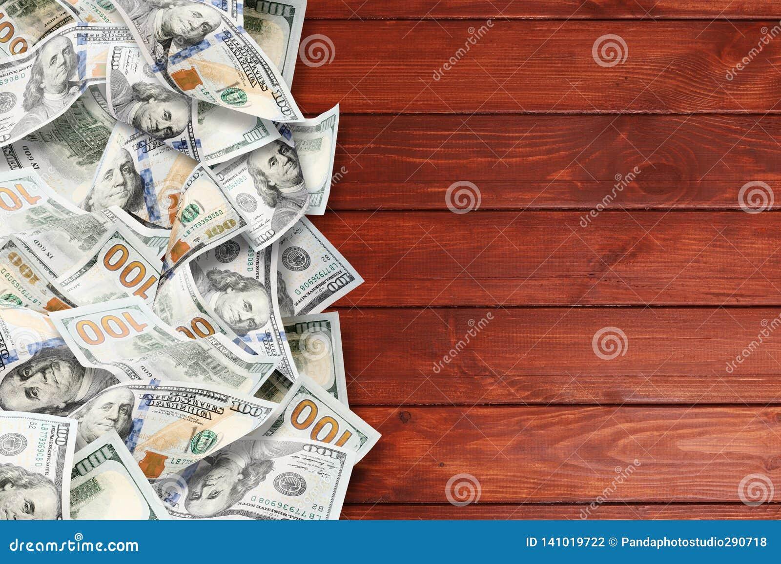 Heel wat dollars op een houten achtergrond