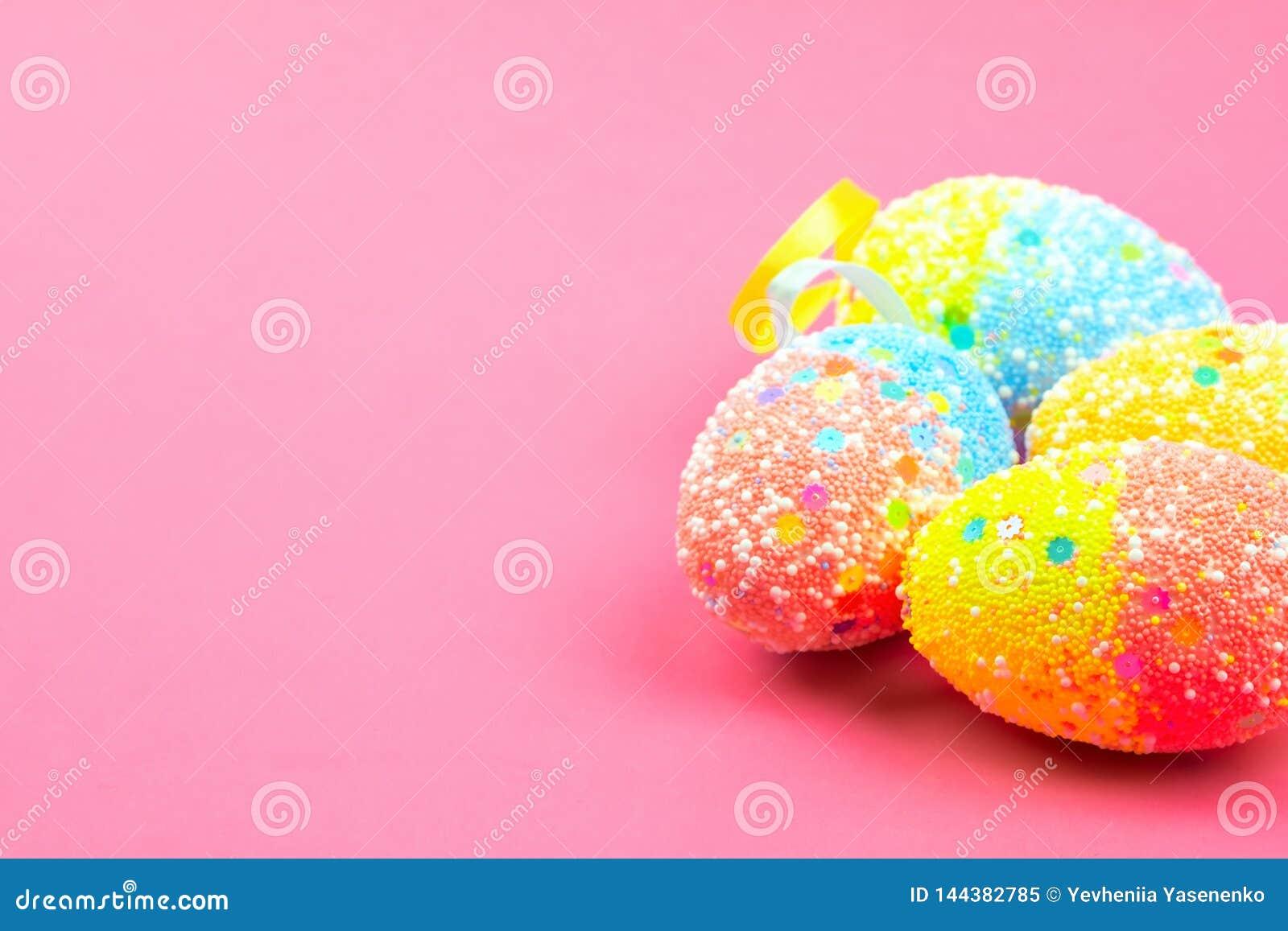 Heel wat kleurrijke paaseieren op een roze achtergrond Plaats voor tekst