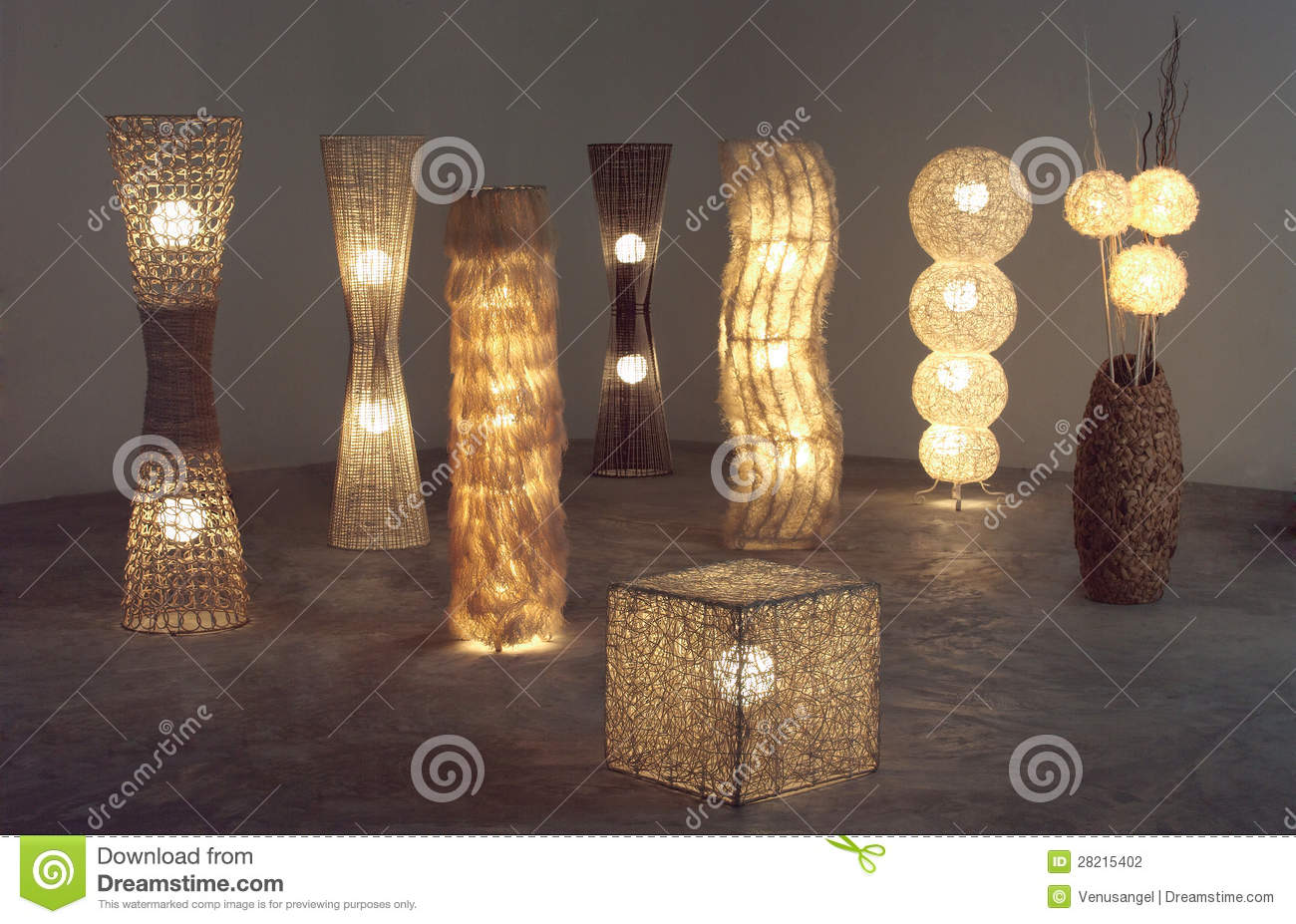 heel wat verlicht staand lampen die van rotan bamboe en droge waterhyacint maakten stock foto. Black Bedroom Furniture Sets. Home Design Ideas
