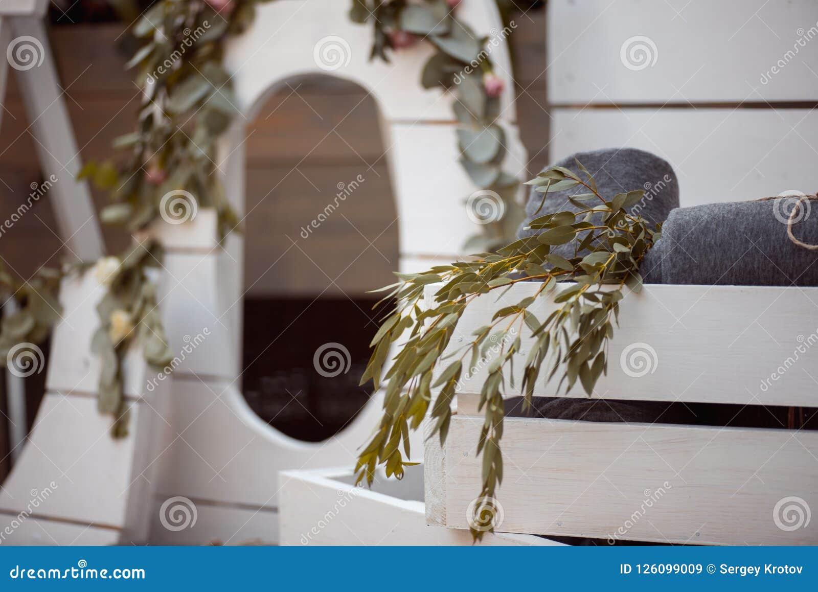 Heel wat witte geschilderde houten kooidozen, wat met decoratieve kaarsen, rolden dekens en binnenlandse installaties