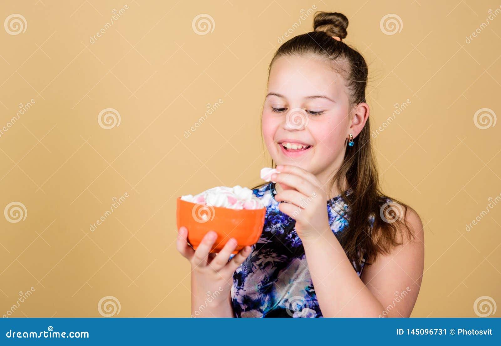 Heemst De Suikergoedwinkel Gezond voedsel en tandzorg Het op dieet zijn en calorie Zoet tandconcept Het kleine meisje eet